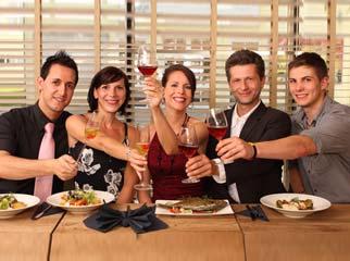 Un d ner entre c libataires c est l occasion de conna tre for Diner leger entre amis